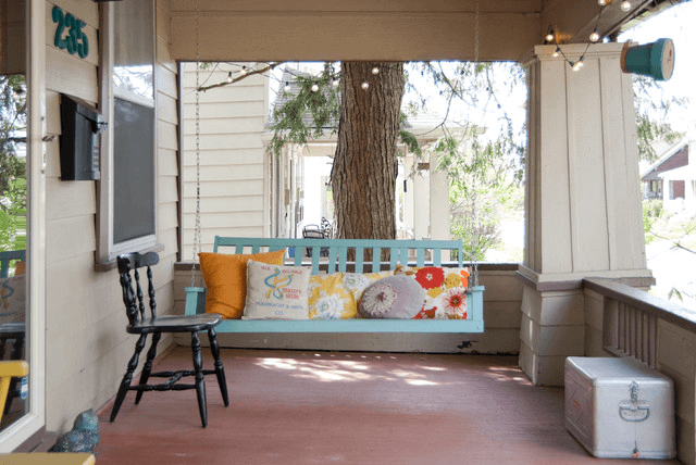 CHEERFUL SHABBY CHIC DECOR IDEAS WITH SWING PORCH