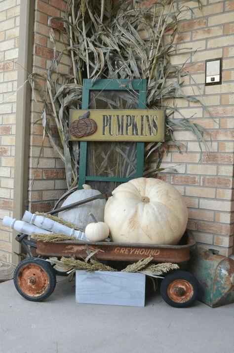 PUMPKINS ON RUSTY WAGON FARMHOUSE PORCH DECOR IDEAS