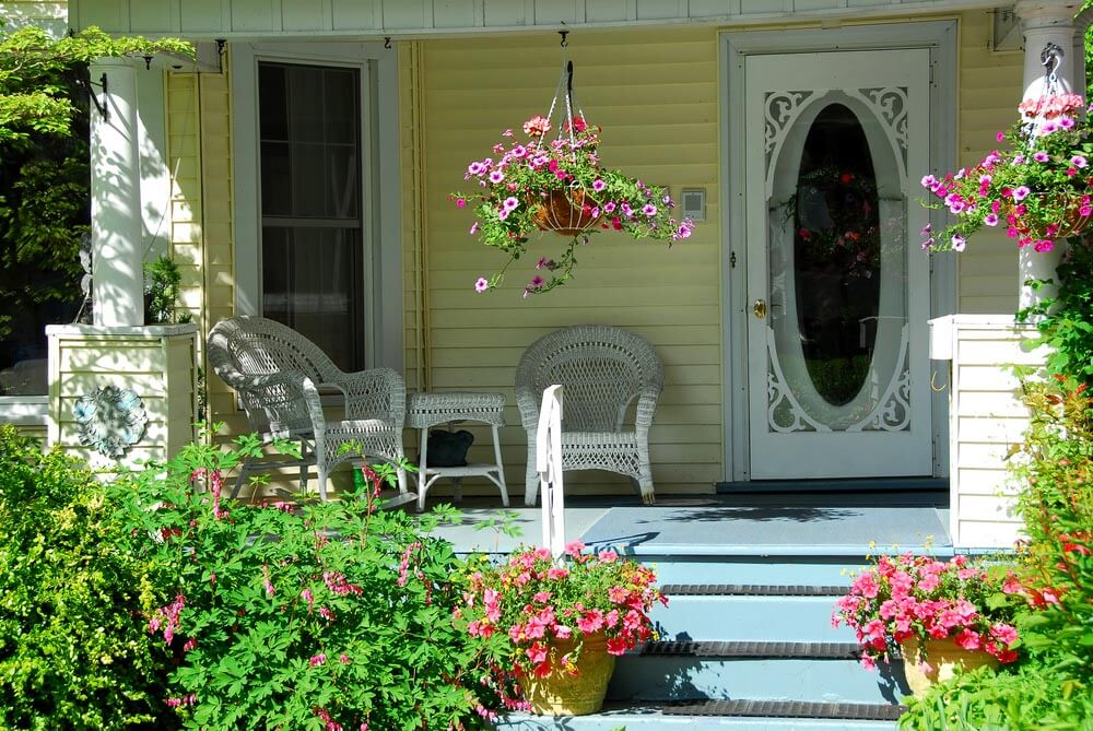 MODEST AND SIMPLE SHADED PORCH GARDEN IDEAS WITH WICKER FURNITURE AND HANGING BASKETS