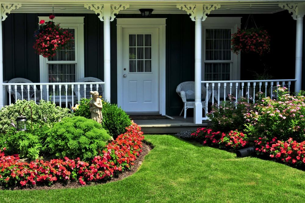 PORCH GARDEN DESIGN IDEAS WITH STRIKING CONTRAST AND HANGING BASKETS