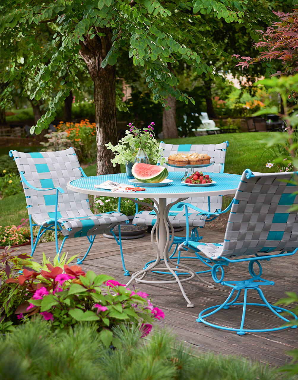 REFINISH THE FURNITURE FOR MAKEOVER PATIO ON A BUDGET