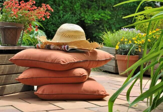 HOW TO CLEAN PATIO CUSHIONS STEP BY STEP